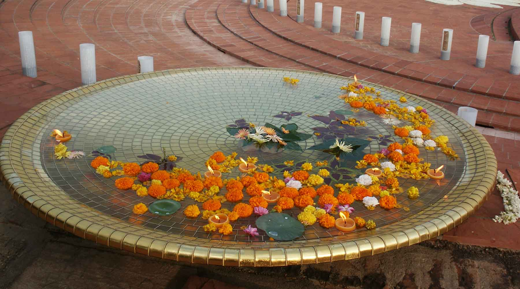 Gold in Glass disc-fountain